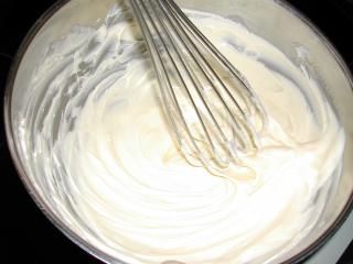 Weiß aufgeschlagene Butter in einer Kalotte